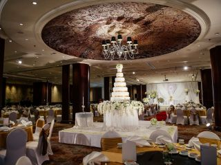 A large wedding cake at the center of the intercontinental Bangkok Wedding venue